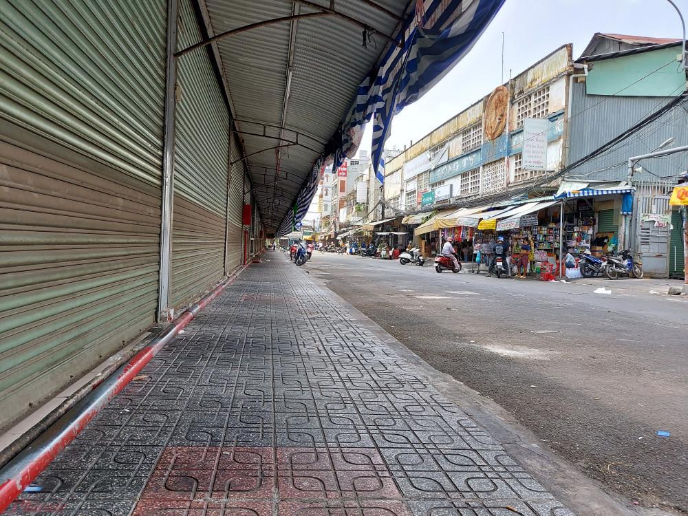 Các gian hàng buôn bán hóa chất đồng loạt đóng cửa vào sáng ngày 1/4 để phòng chống dịch Covid-19.