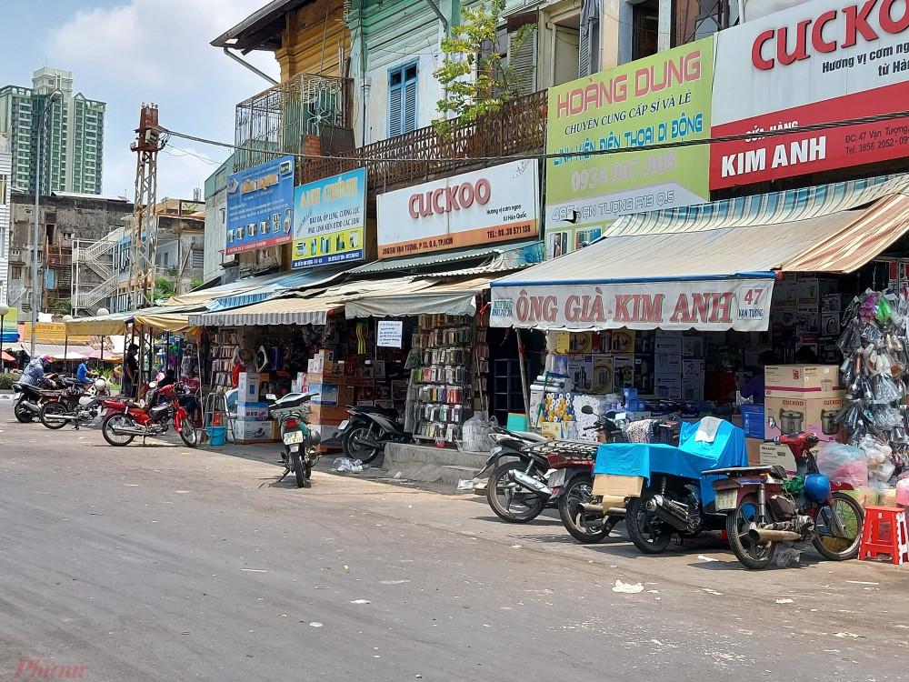 Chợ Kim Biên đóng cửa nhưng một vài cơ sở buôn bán hóa chất ở gần chợ vẫn mở cửa buôn bán bình thường.