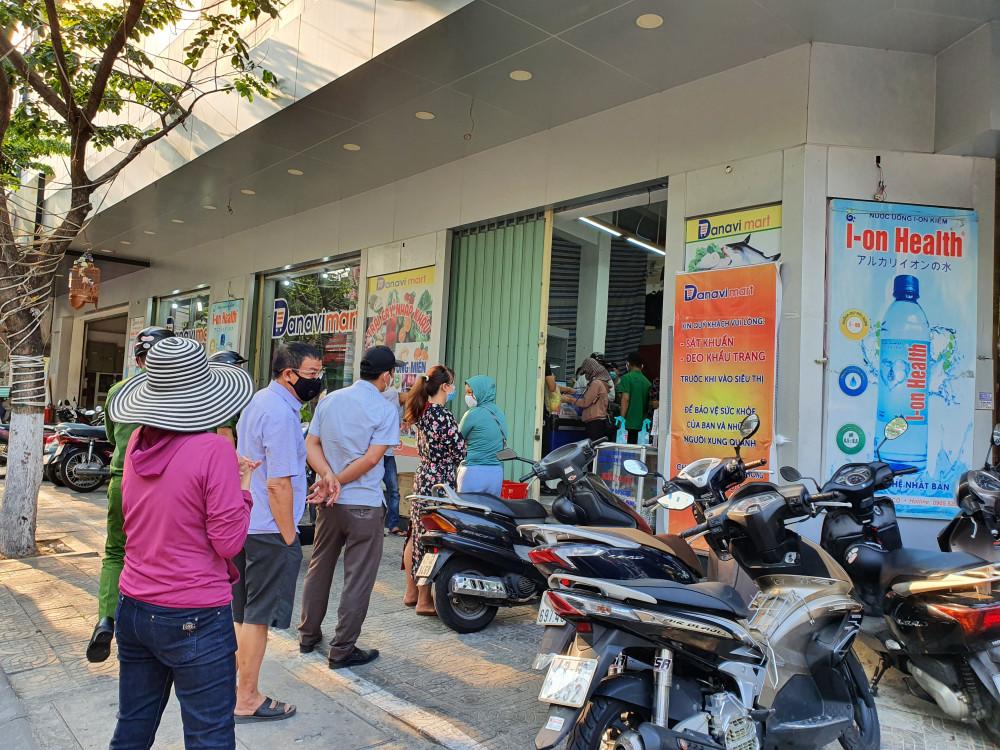 Người dân Đà Nẵng mua sắm nhu yếu phẩm trước ngày cách ly toàn xã hội