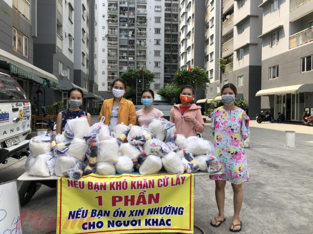 Chị Bông cùng các bạn, Hội LHPN phường Sơn Kỳ và là Hạnh, Bé Thu, và một số người ở chung cư phụ đóng gói những phần quà cho người lao động khó khăn do ảnh hưởng từ dịch COVID - 19