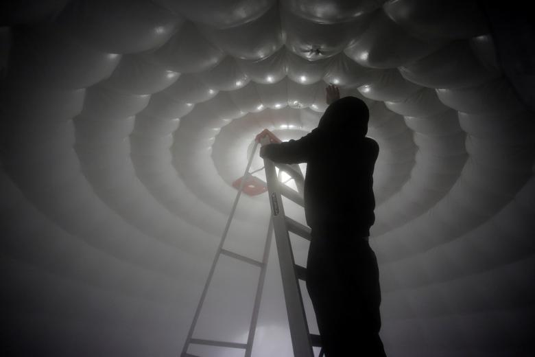 công nhân kiểm tra buồng khử trùng được lắp đặt trên vỉa hè ở Escobedo, ngoại ô thành phố Monterrey, Mexico vào ngày 24/3 vừa qua.