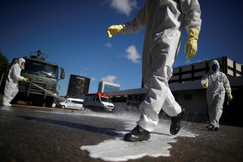 Dịch COVID-19 cũng đang khiến Brazil gặp khó khăn, với 5.717 ca nhiễm SARS-CoV-2 khiến 202 người tử vong. Ngày 31/3, nhiều nơi tại thủ đô Brasilia (Brazil) được tiến hành phun khử trùng, trong đó có đường dẫn vào một bệnh viện lớn của địa phương.