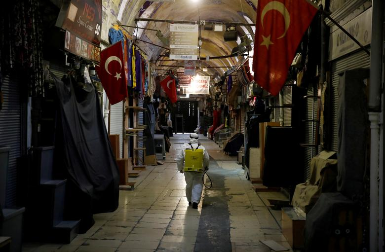 Một khu chợ nổi tiếng ở Isanbul, Thổ Nhĩ Kỳ được phun khử trùng mọi ngóc ngách vào ngày 25/3.