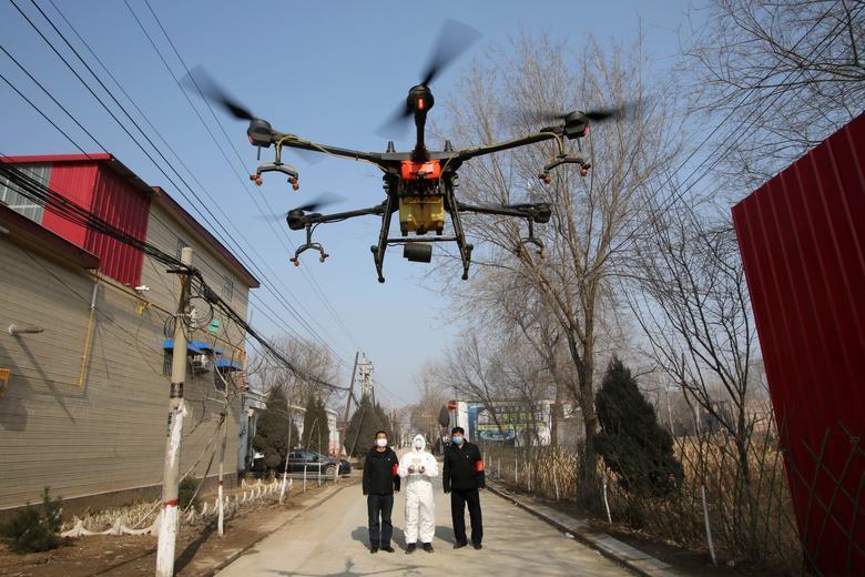 Tỉnh Hà Bắc (Trung Quốc) sử dụng máy bay không người lái để phun thuốc khử trùng từ trên cao cho một ngôi làng vào ngày 31/3.