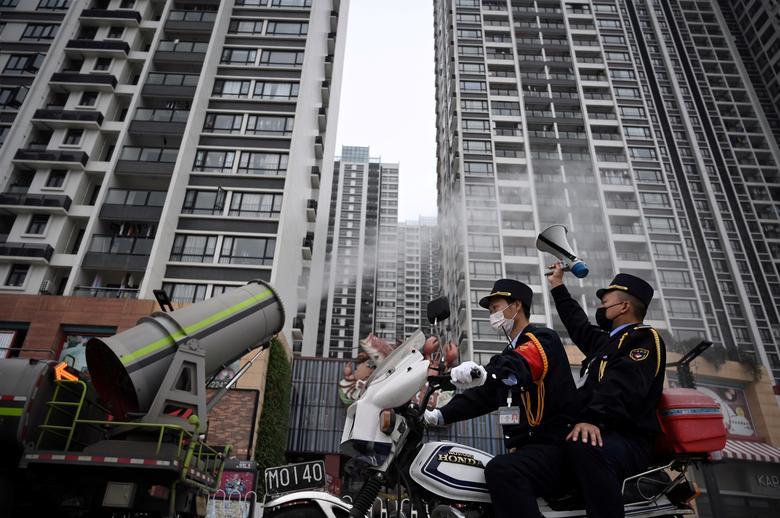 Máy phun công suất lớn được dùng để phun khử trùng cho những khu nhà cao tầng ở Quàng Đông, Trung Quốc.