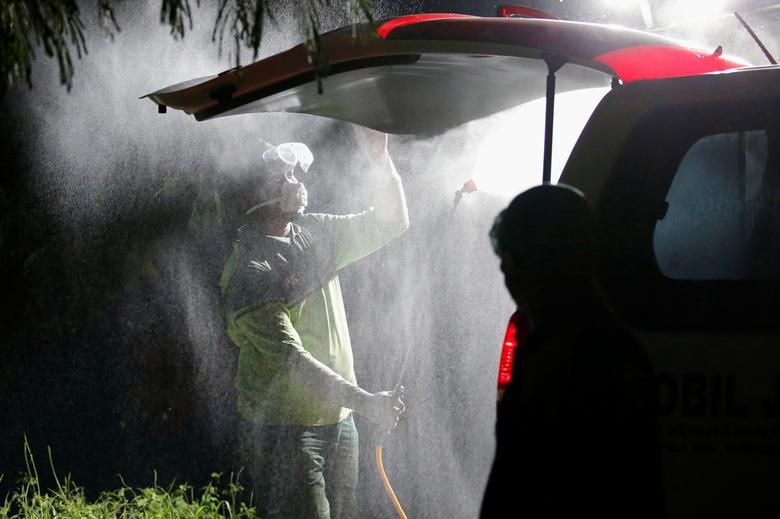 Một xe cứu thương được khử trùng toàn diện sau khi chở một ca nhiễm SARS-CoV-2 đến nơi điều trị ở thủ đô Jakarta, Indonesia vào ngày 31/3.