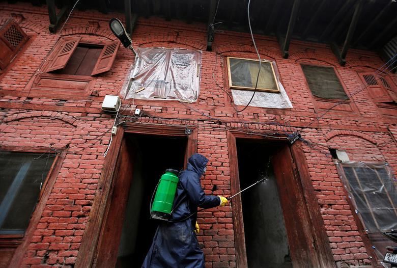 Một đồn cảnh sát ở Srinagar, Ấn Độ được phun khử trùng hôm 30/3.