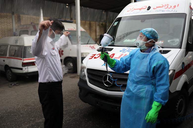 Một nhân viên y tế được phun khử trùng toàn thân sau khi tiếp xúc với bệnh nhân nhiễm SRAR-CoV-2 vào ngày 30/3 tại tại Tehran, Iran. Hiện, Iran là một trong những quốc gia có số nhiễm và chết vì mắc COVID-19 cao nhất thế giới.