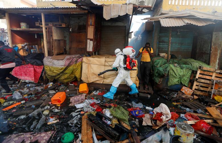 Một khu ổ chuột ở Senegal được phun khử trùng hôm 22/3.