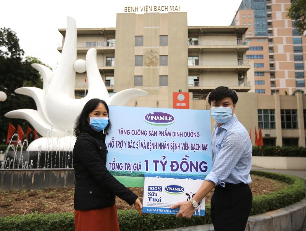 Bà Nguyễn Thị Minh Tâm - Giám đốc chi nhánh Vinamilk tại Hà Nội trao tặng sản phẩm dinh dưỡng giá trị 1 tỷ đồng cho đại diện bệnh viện Bạch Mai. Ảnh: Vinamilk