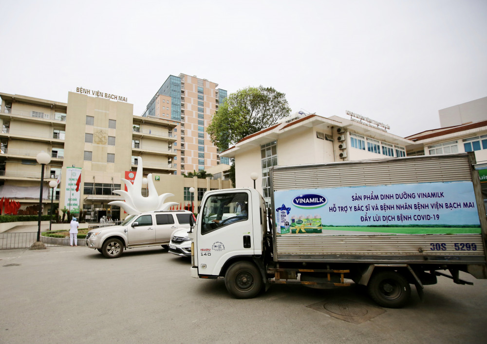 Vinamilk đã tổ chức ngay các chuyến xe đưa sản phẩm sữa đến bệnh viện Bạch Mai trong ngày 31/3 và những ngày sắp tới