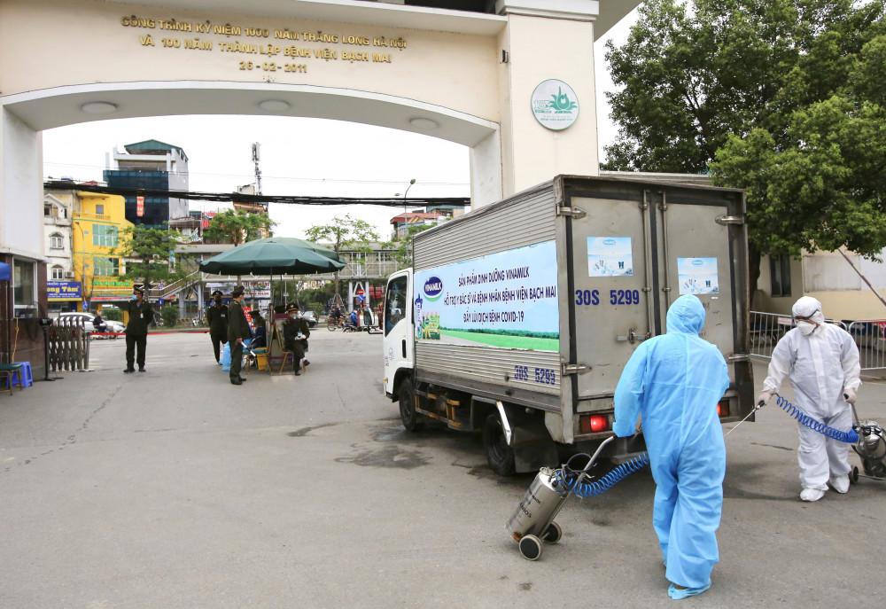 Xe chở những sản phẩm đầu tiên của Vinamilk đến Bệnh viện Bạch Mai được phun khử trùng khi ra, vào bệnh viện