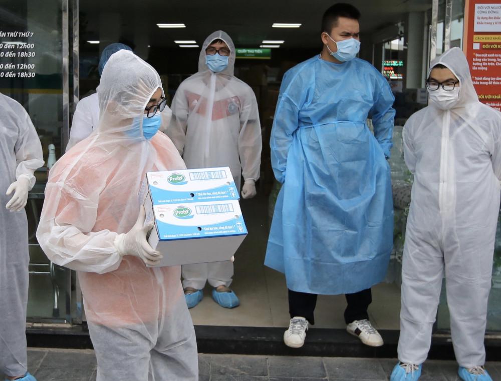 Nhân viên của bệnh viện Bạch Mai đang tiếp nhận các sản phẩm của Vinamilk như sữa chua uống Probi, sữa tươi 100%...