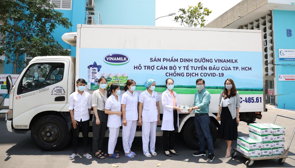 Trước đó, Vinamilk cũng trao tặng các sản phẩm dinh dưỡng cho cán bộ y tế tuyến đầu tại các bệnh viện, khu cách ly, bệnh viện dã chiến tại TP.HCM