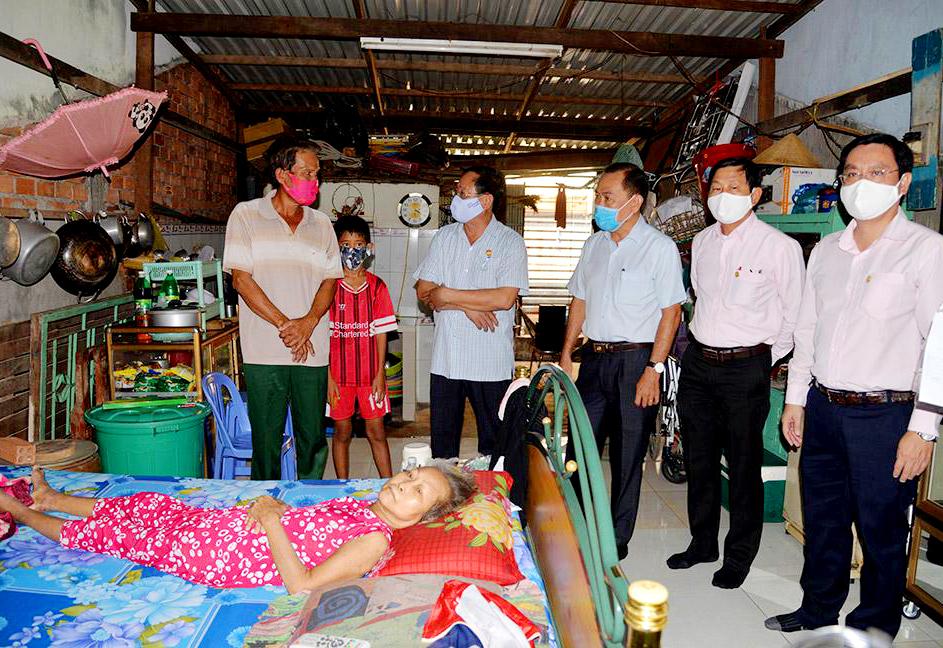 Lãnh đạo tỉnh An Giang đến thăm hỏi, trao tiền hỗ trợ cho từng gia đình người bán vé số dạo