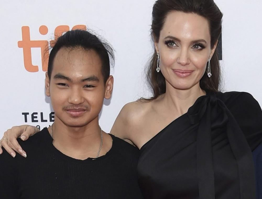 Angelina Jolie và con trai cả Maddox, 18 tuổi.