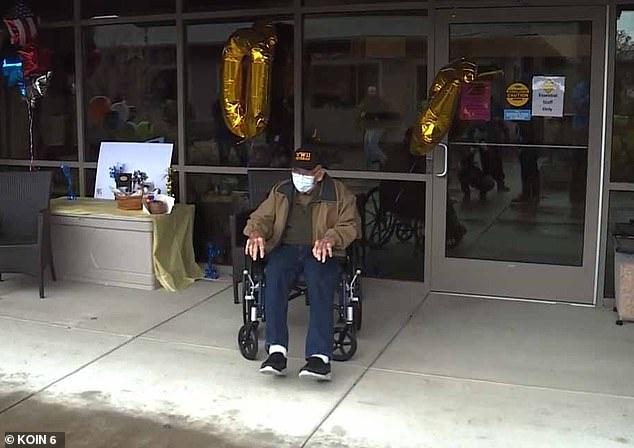 Ông vừa trải qua ngày sinh nhật lần thứ 104 hôm 1/4 cùng gia đình và các nhân viên y tế, điều dưỡng.