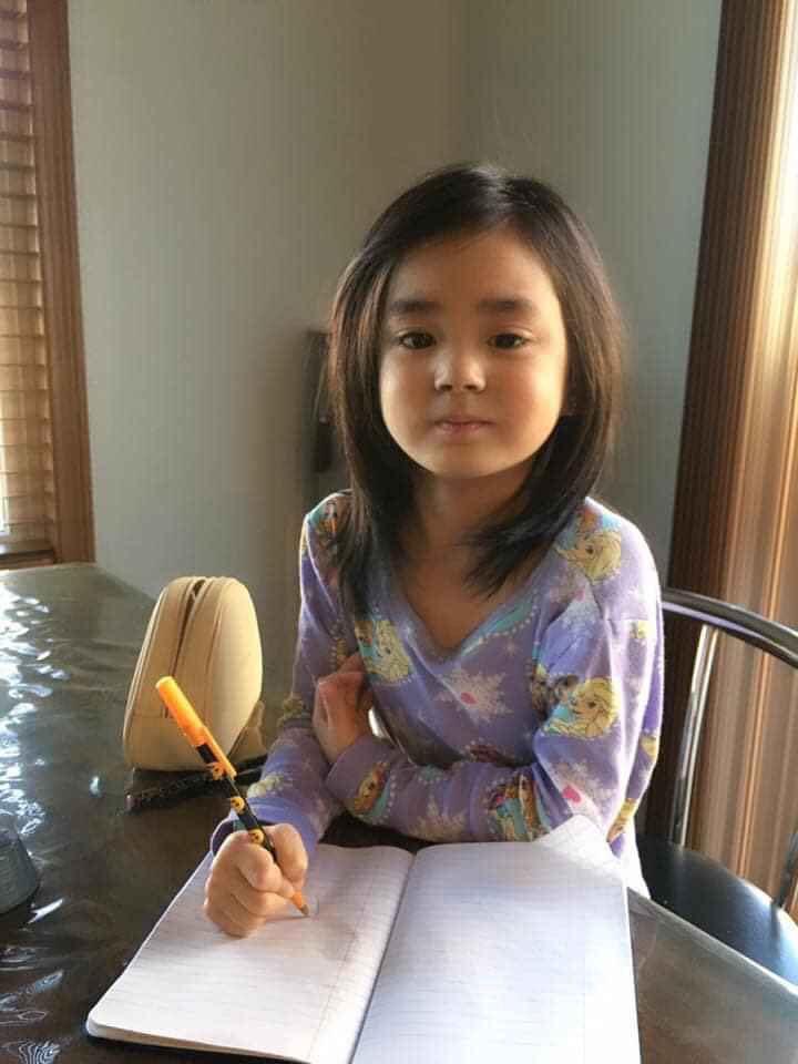 Được nghỉ ở trường, bé Thảo Hồ (Việt kiều Mỹ) tự giác học bài