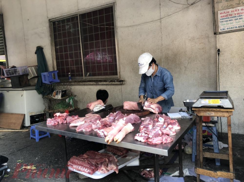 Một quầy thịt heo tại khu vực bên ngoài chợ Phạm Văn Hai ngày đầu tiên cách ly toàn xã hội.