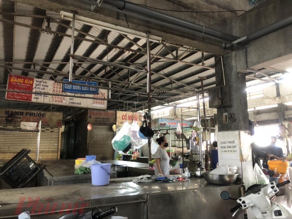 Bên trong chợ Phạm Văn Hai, nhiều sạp thịt heo treo biển đóng sạp, sang sạp vì dịch bệnh.
