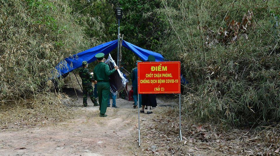 Biên giới Tây Ninh mùa này có những ngày nhiệt độ lên tới gần 40 độ nhưng khi đêm xuống lại rất lạnh. Nhiều chốt dã chiến phòng, chống dịch Covid-19 được đặt dọc tuyến biên giới, tăng, võng, lều bạt được mắc tạm bợ dưới những bụi cây giữa đồng, giữa rừng.