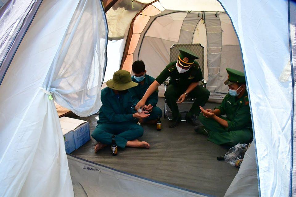 Một đơn vị đã gửi tặng lều dã chiến để các chiến sĩ biên phòng vượt qua cái nắng cháy da nơi biên giới xa xôi.