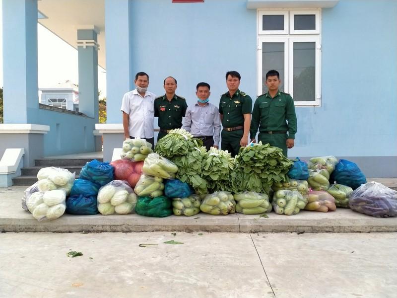 Tại các địa phương giáp biên giới, người dân đã bỏ tiền ra mua rau sạch tặng chiến sĩ Biên phòng. Trong ảnh, đại diện xã Phước Chỉ trao quà của nhân dân xã cho Đồn Biên phòng Phước Chỉ, thuộc Bộ đội Biên phòng tỉnh Tây Ninh.