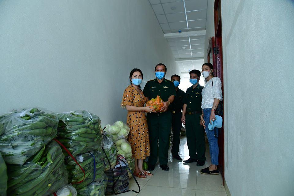 Một chiến sĩ Biên phòng ở tỉnh Tây Ninh kể lại, hôm trước chúng tôi tiếp nhận 1 tấn rau, củ, quả của bà con tiểu thương ở huyện Dương Minh Châu và thành phố Tây Ninh. Số hàng trên có thể là cả vốn lẫn lãi của bà con tiểu thương nhưng họ vẫn vui vẻ chuyện tặng cho chúng tôi. Nghe được câu chuyện này tôi rất xúc động.