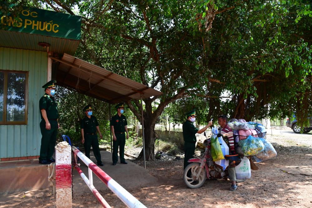 Đại diện Bộ đội Biên phòng tỉnh Tây Ninh cho biết, việc phòng, chống dịch bệnh COVID-19 sẽ còn tiếp tục kéo dài. Sự quan tâm của chính quyền các cấp và sự thương yêu, đùm bọc, hỗ trợ của nhân dân biên giới đã góp phần quan trọng chung tay cùng chiến sĩ biên phòng đẩy lùi dịch bệnh.