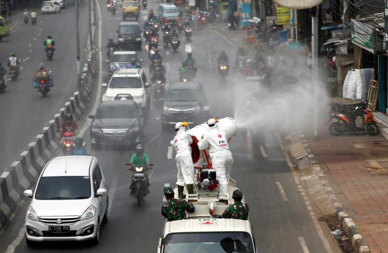 Phun khử khuẩn trên đườn phố tại Thủ đô Jakarta