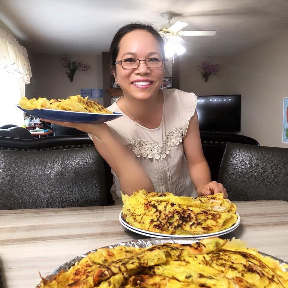 Trong khi mẹ Kiều Nguyễn của bé Thảo Hồ làm món bánh xèo quê hương