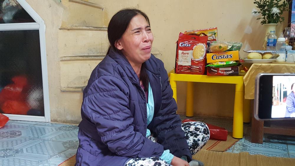 Bà Dự khóc nức nở khi kể về vụ việc.