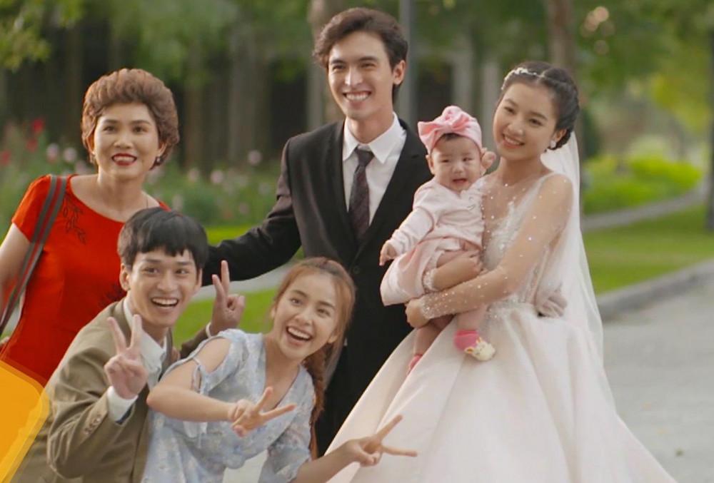 Đặc biệt những khoảnh khắc Bích Ngọc diện váy cưới, kết hôn giả cùng Lâm (Công Dương thủ vai) trong bộ phim khoe trọn vóc dáng mảnh mai của cô nàng.