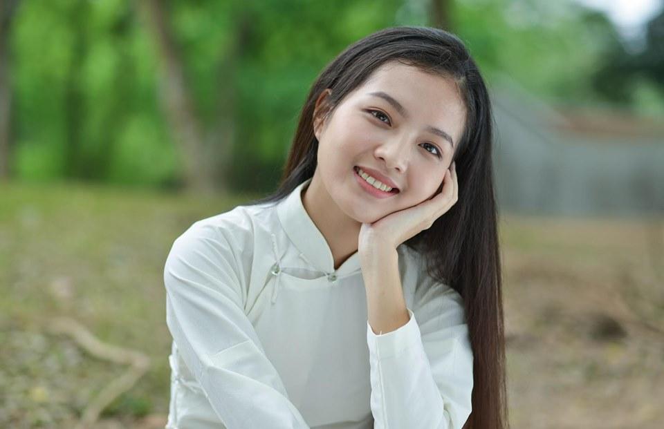 Bích Ngọc sinh năm 1977, vừa tốt nghiệp trường Đại học Ngoại thương Hà Nội. Từ khi còn là sinh viên, nữ diễn viên đã là gương mặt quen thuộc trong các TVC quảng cáo nhờ nét đẹp thanh thuần.