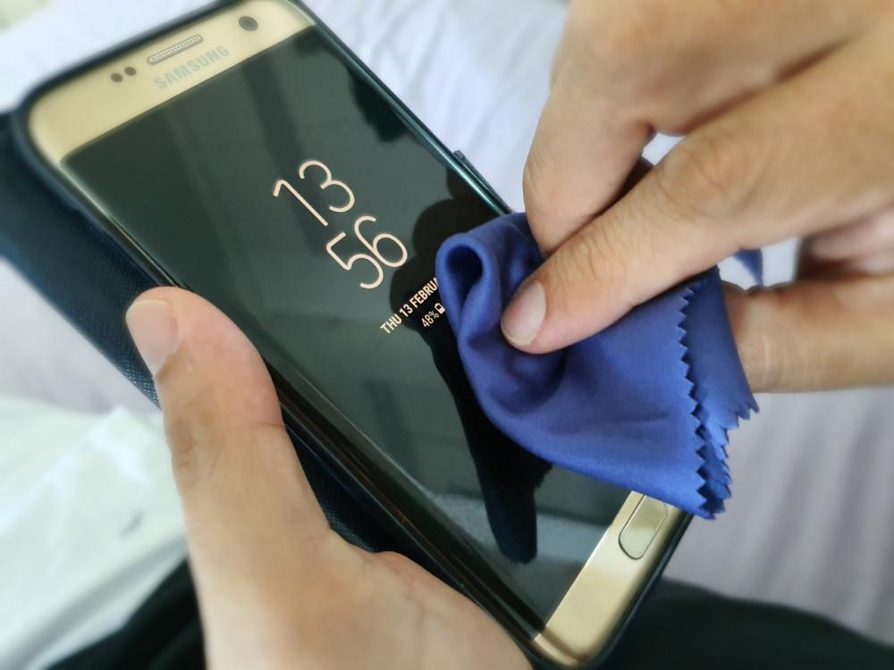 mỗi người cũng có thể vệ sinh chiếc điện thoại của mình tại nhà bằng cách dùng cồn để khử trùng.