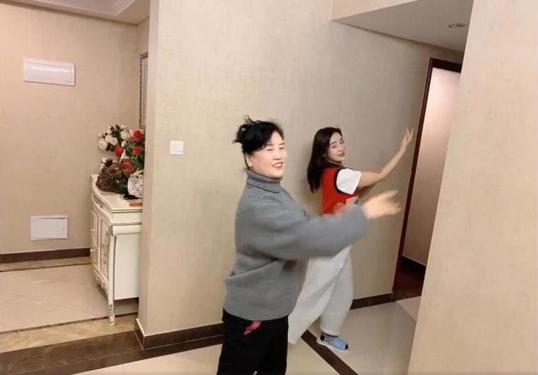 Viên San San tập thể dục với mẹ trong những ngày Hồ Bắc bị phong toả
