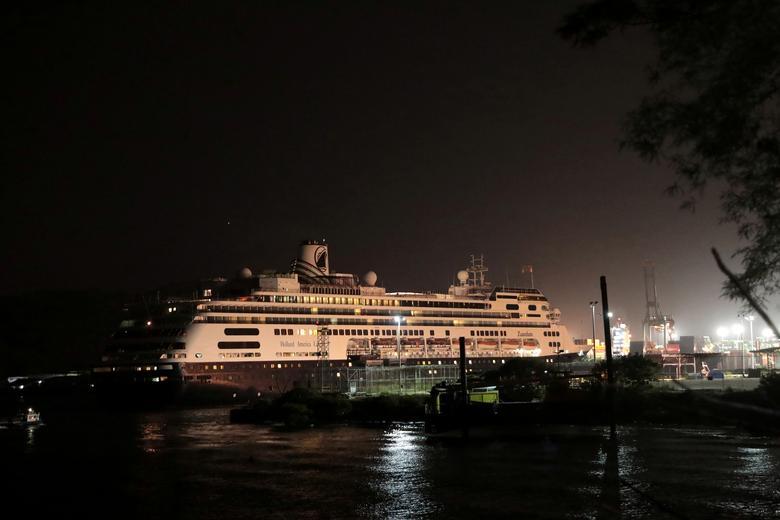 Tàu MS Zaandam đang điều hướng di chuyển qua phía Thái Bình Dương khi ở kênh đào Panama vào tối 29/3.