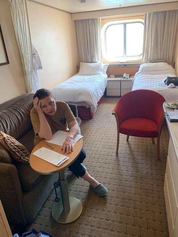 Anna Joiner và ánh nhìn đầy căng thẳng từ căn phòng trên tàu khi hay tin có ít nhất 4 hành khách thiệt mạng do mắc COVID-19.