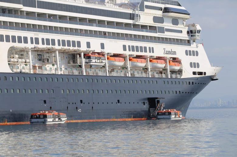 Hành khách trên tàu đang được vận chuyển bằng những chiếv thuyền cứu sinh