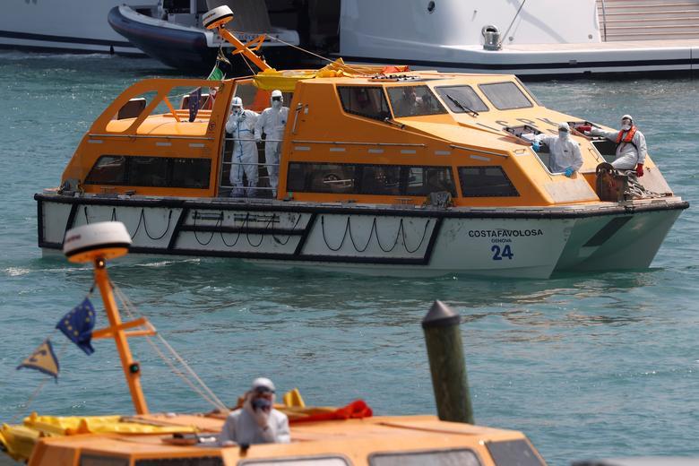 Các thành viên của đội cứu hộ di chuyển bằng thuyền cứu sinh để sơ tán phi hành đoàn
