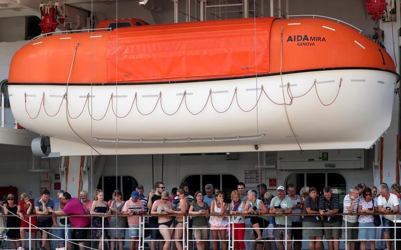 Hàng chục hành khách đổ ra ban công trên tàu MV AidAmira vào ngày 18/3 sau khi tàu bị cách ly tại Cape Town, Nam Phi.