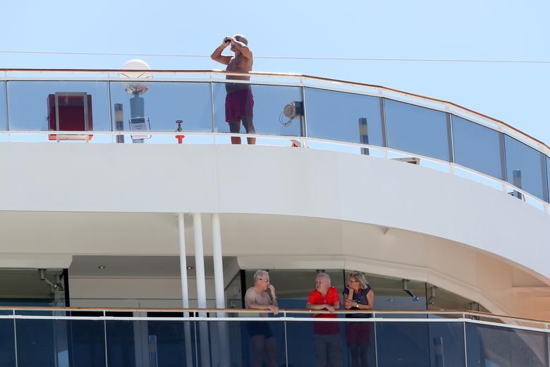 Những hành khách tìm niềm vui trên tàu MSC Magnifica khi họ bị cấm rời khỏi tàu, cập cảng tại cảng Fremantle, Perth, Úc.