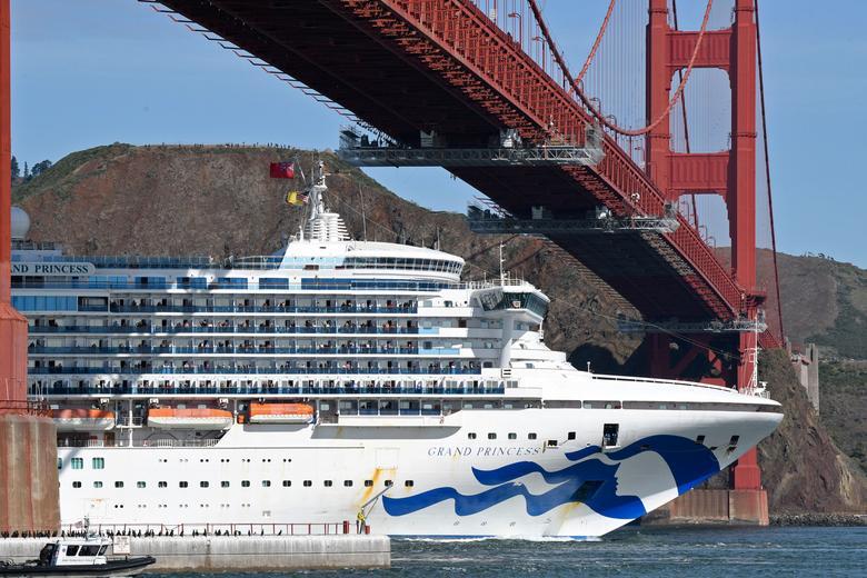 Tàu du lịch Grand Princess, chở những hành khách đã thử nghiệm dương tính với SARS-CoV-2, đi qua cây cầu Golden Gate ở San Francisco, California