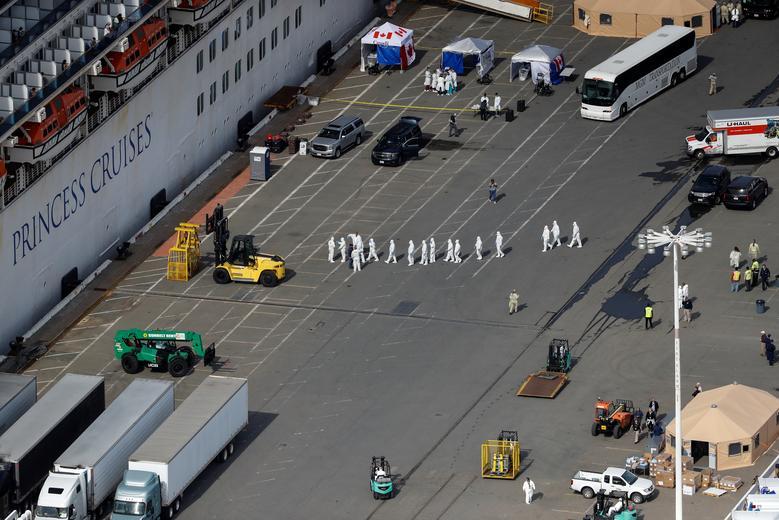 Các nhân viên y tế tiến về phía tàu để thực hiện nhiệm vụ khi tàu cập cảng Oakland