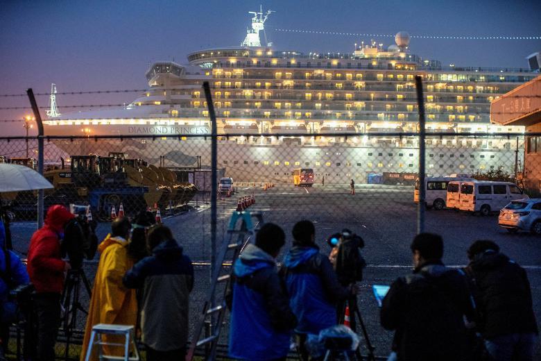Một hàng rào chắn được thiết lập tại bến cảng khi tàu Diamond Princess cập bến.