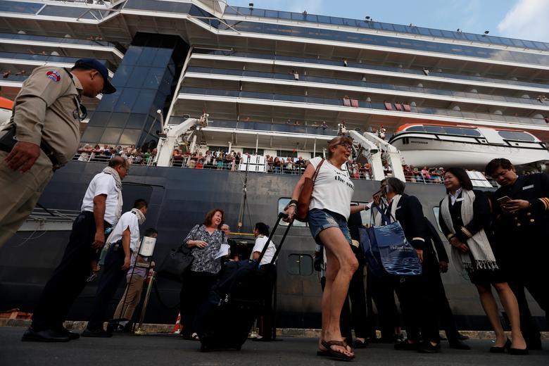 Hành khách từ tàu MS Westerdam vui mừng khi được cập bến tại Campuchia sau 2 tuần lênh đênh trên biển và bị 5 quốc gia từ chối cho cập cảng.