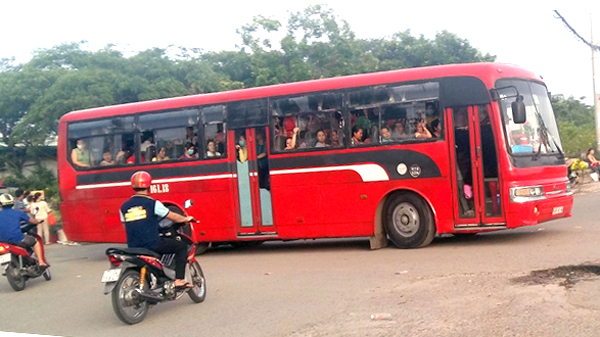 Một chuyến xe đưa đón đông nghẹt công nhân