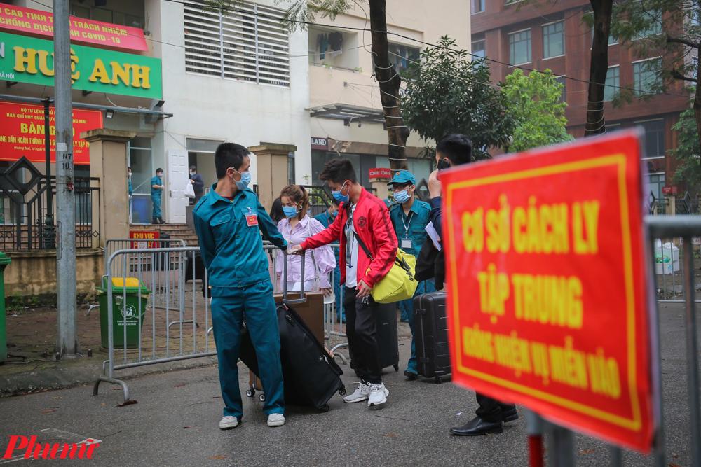 Xe buýt sẽ đón tại 2 địa điểm, gồm khu nhà ở sinh viên Pháp Vân - Tứ Hiệp đón 194 người và Trung tâm nghề Thành An, Binh đoàn 11 (huyện Thanh Trì) đón 48 người.