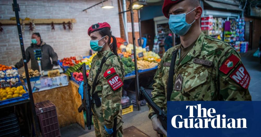 Một số quốc gia dùng hơi cay và dùi cui để thực thi lệnh phong tỏa - Ảnh: Guardian
