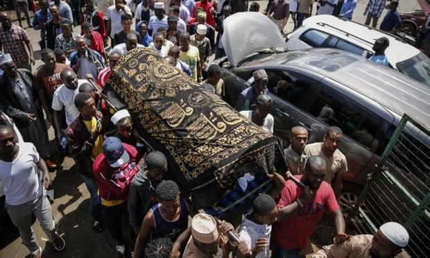 Lễ tang cậu bé Yasin 13 tuổi bị cảnh sát bắn chết ở Nairobi - Ảnh: AP